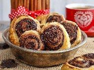 Рецепта Сладки охлювчета от бутер тесто с течен шоколад и ядки за десерт
